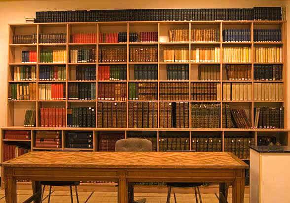 Bibliothèque dans la salle de réunion de l'Académie